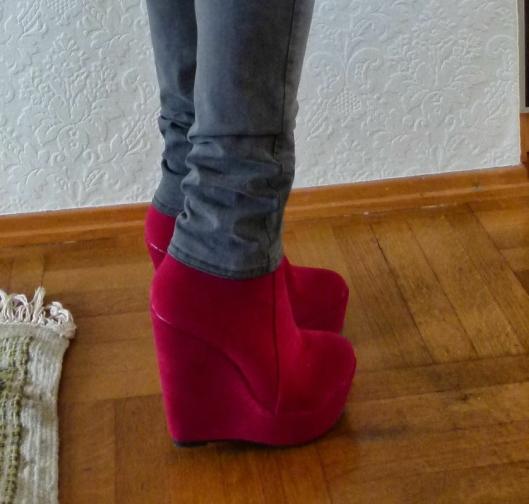 RØDE SKO: Det var disse skoene som løftet Anne Marie Guldahl Jernquist til nye høyder.