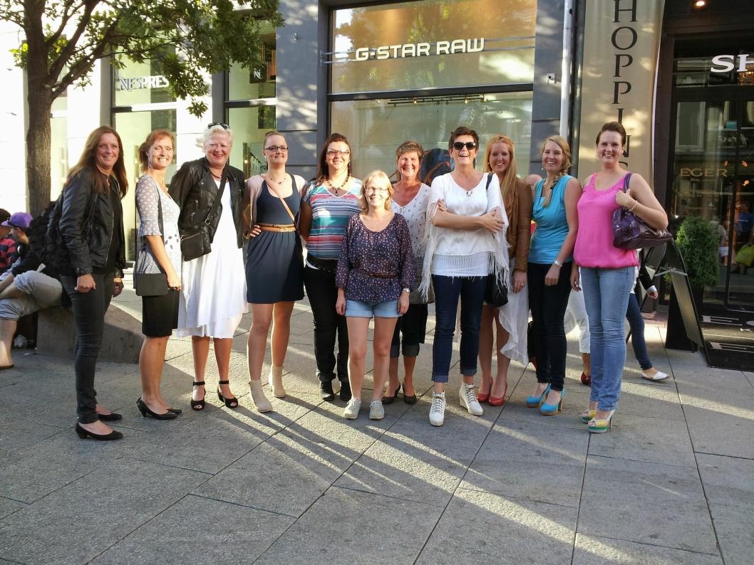 """FRA 11 TIL OVER 3120:<span class=""""_5yl5"""">Elleve fremmede kvinner møttes på Youngstorget i Oslo 11. august 2012 for første gang. Nå er de over 3100 damer i klubben. Du ser Anne Marie Guldahl Jernquist helt ytterst til høyre.</span>"""