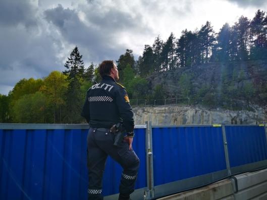 SPEIDET MOT SKOGEN: En av politibetjentene hadde post like ovenfor byggeplassen til den nye skolen på Kolbotn. Vedkommende speidet mot skogen for å se etter aktivitet.