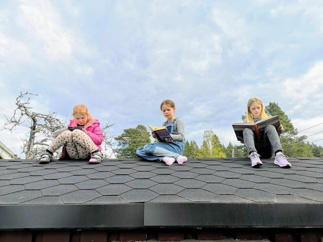 LESEBINGO? Ingvild Enger (8), Solveig Enger (10) og Tiril Kristiansen (10) foreslår å prøve lesebingo, med lesing på uvante og utfordrende plasser.