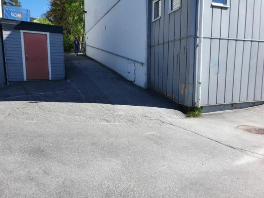 FOR BRATT: Veien fra Kiwi-butikken på baksiden av bygget og opp til tannlegesenteret er for bratt for de eldre pasientene med rullator.