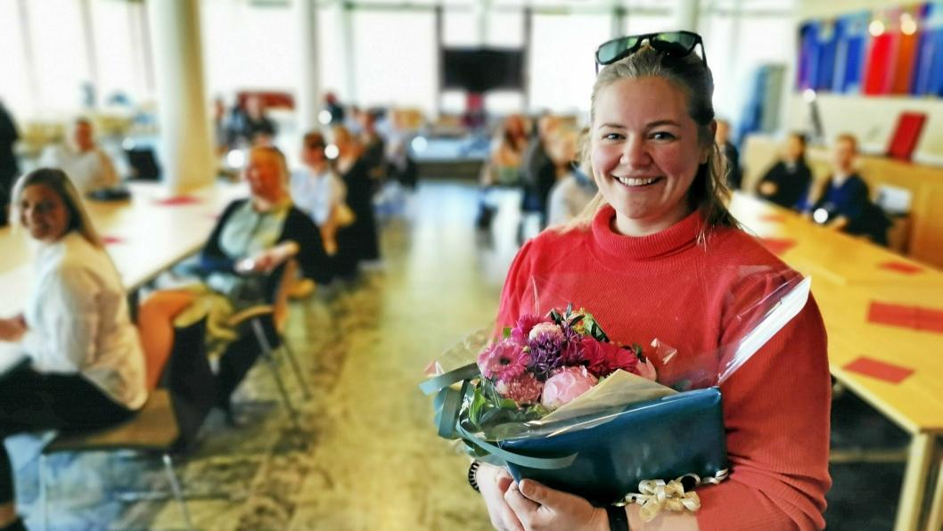 HEDRET: Henriette Furebotn ble Årets sykepleier 2019 i Akershus. Hun mottok både pris, gavekort og hyllest fra kollegene i bakgrunnen.