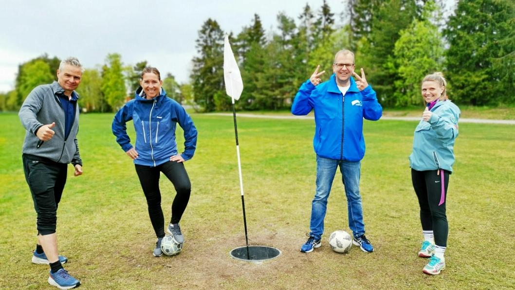 TOMLER OPP: Lokalpolitikerne fant raskt tonen i den særdeles uhøytidelige matchen på den nye fotballgolfbanen. Fra venstre: Jarle Ørnebo (Frp), Therese Bae (Ap), Helge Marstrander (H) og Camilla Hille (V).