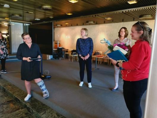 HYLLET: Rådmann Gro Herheim, kommunalsjef Else Karin Myhrene og kommunalsjef Marit Kronborg var med på hyllesten av Henriette Furebotn.