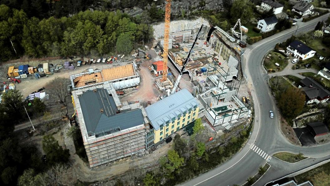 TAR FORM: Råbygget til nye Kolbotn skole er i ferd med å ta form på byggeplassen. Sveip for å se flere bilder.