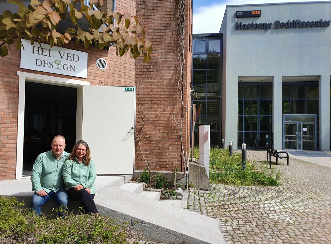 NY BUTIKK: På bildet kan du se Erik Jones og Svetla Strand foran inngangen til butikken i Lienga 6 på Trollåsen.