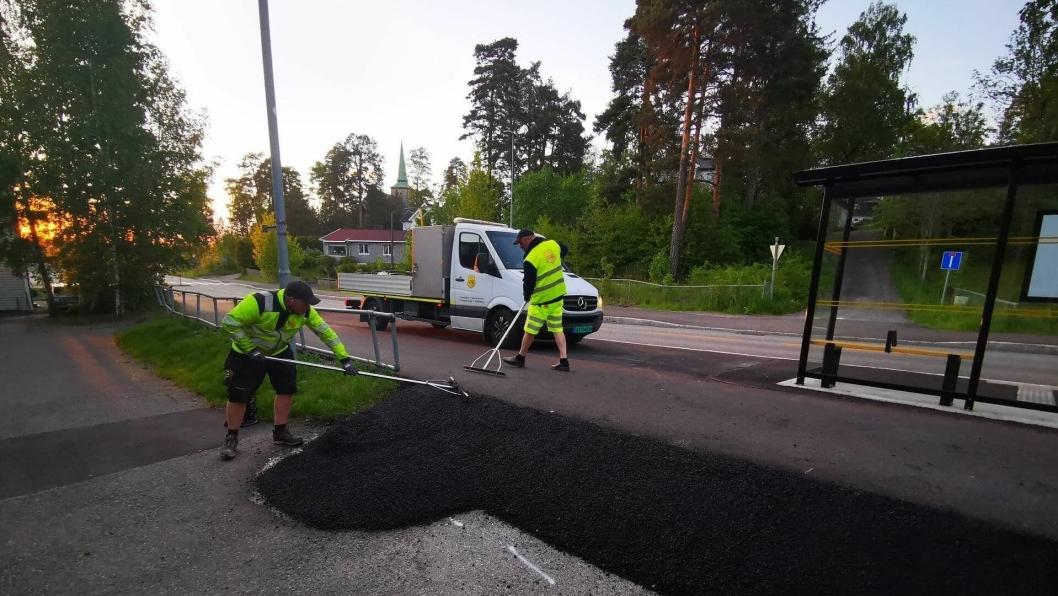 UTBEDRET KANTEN I GÅR: Da redaktør Sigbjørn Vedeld i Oppegård Avis kjørte i Sønsterudveien i går kveld (tirsdag 26. juni), oppdaget han arbeidere fra Vaktmesterkompaniet som jobbet med den bratte kanten ved Sønsterudveien 2.