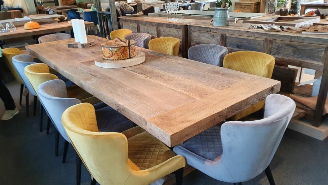 EKSKUSIVT: Det flotte eikebordet koster 48.000 kroner.