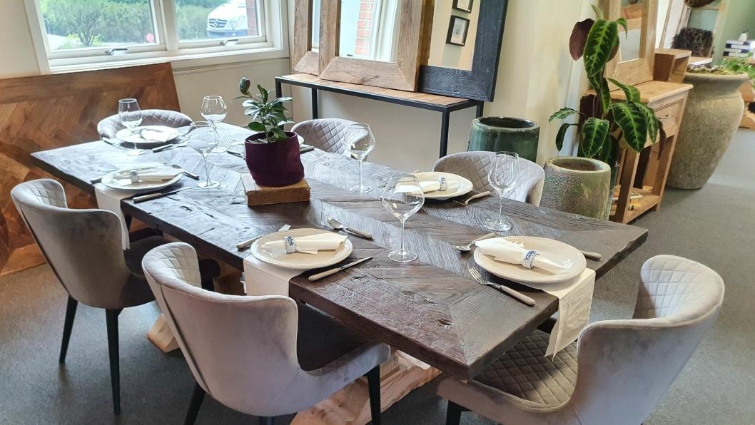 SPESIALDESIGNET: Alle bordene og produktene er spesialdesignet.
