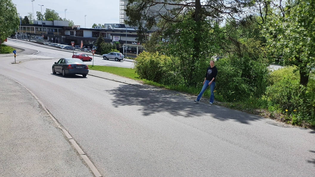 FARLIG OVERGANG: Linda Nilsen Methi sier at mange velger å krysse veien på denne strekningen hvor fortaet slutter brått, og det finnes ingen fotgjengerovergang på stedet.