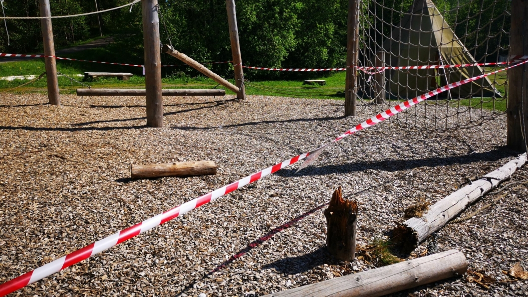 FJERNES: I forgrunnen ligger stokken som brakk og traff en ung gutt i hodet onsdag ettermiddag. Nå fjerner idrettslaget og kommunen myldreparken inntil videre.