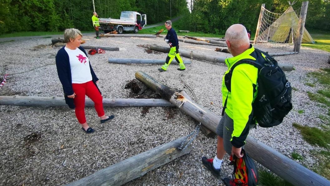 TATT NED: Daglig leder Hege Frøyna i Oppegård idrettslag og Per Kristiansen fra Nordre Follo kommune kunne fredag morgen konstatere at flere av stokkene i myldreparken var angrepet av råte i overgangen mellom bakke og luft.