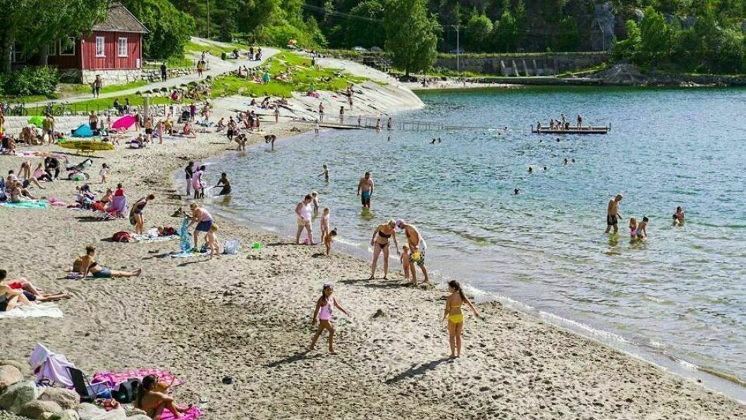 KLOAKKUTSLIPP FRA TOALETTENE: Til tross for at det var satt opp skilter på stranden, har det vært mange mennesker som badet der i dag.