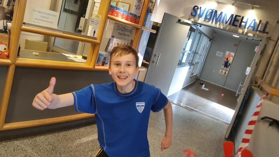 FØRSTE TRENING I VANNET PÅ LENGE: – Jeg har gledet meg utrolig mye til å kunne svømme igjen. Det var helt fantastisk. Det var som lille julaften! Nicolai Finnevolden (12) fra Greverud.