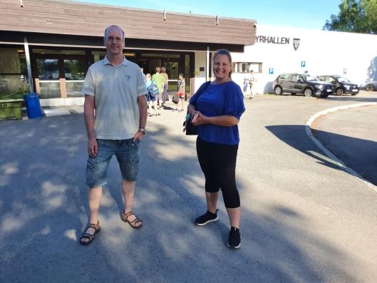 ÅPNET IGJEN: Rune Finnevolden og Noomi Fredenfeldt er fornøyd med at svømmehallen har åpnet igjen.