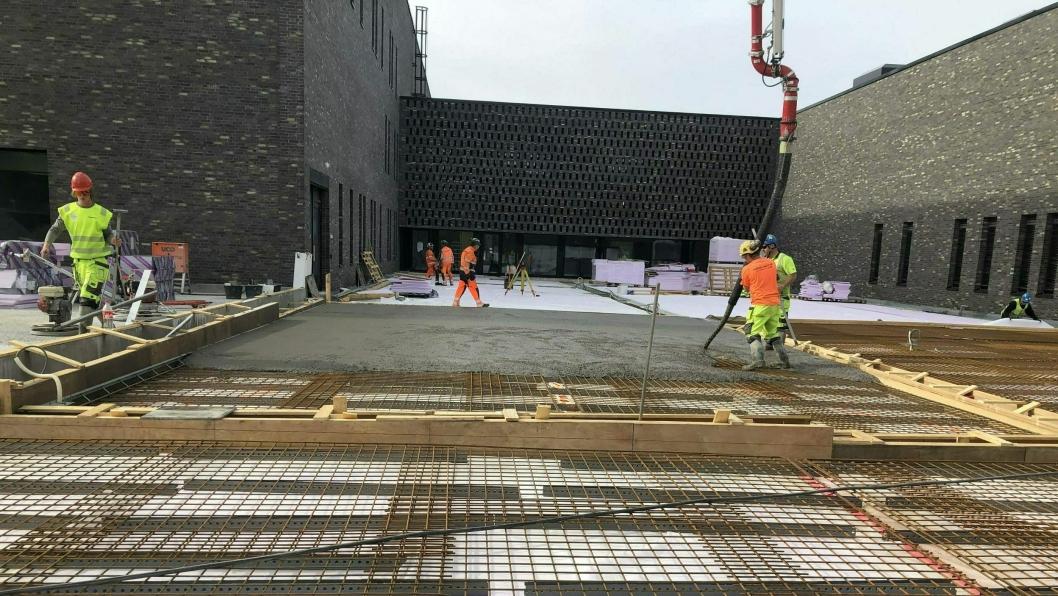 TUNSTØP: Bildet viser støp av tunet mellom bygningene som ble gjort torsdag forrige uke.
