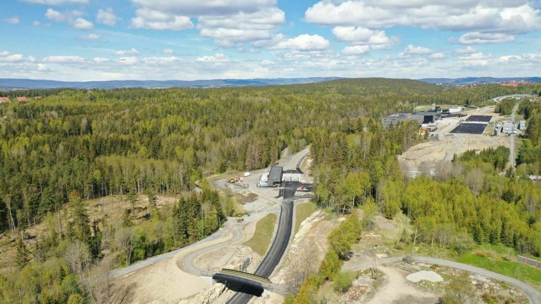TURVEIBRO: Bildet viser adkomstområdet med den nye turveibroen i forgrunnen og helikopterlandingsplassen i bakgrunnen.