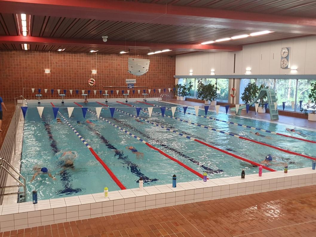 17 BARN OG TO TRENERE: Det var 12 barn fra Kolbotn og 5 barn fra Ski i det store bassenget tirsdag kveld.