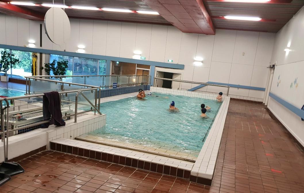 FIRE BARN: Det var også fire barn i det lille bassenget tirsdag kveld.
