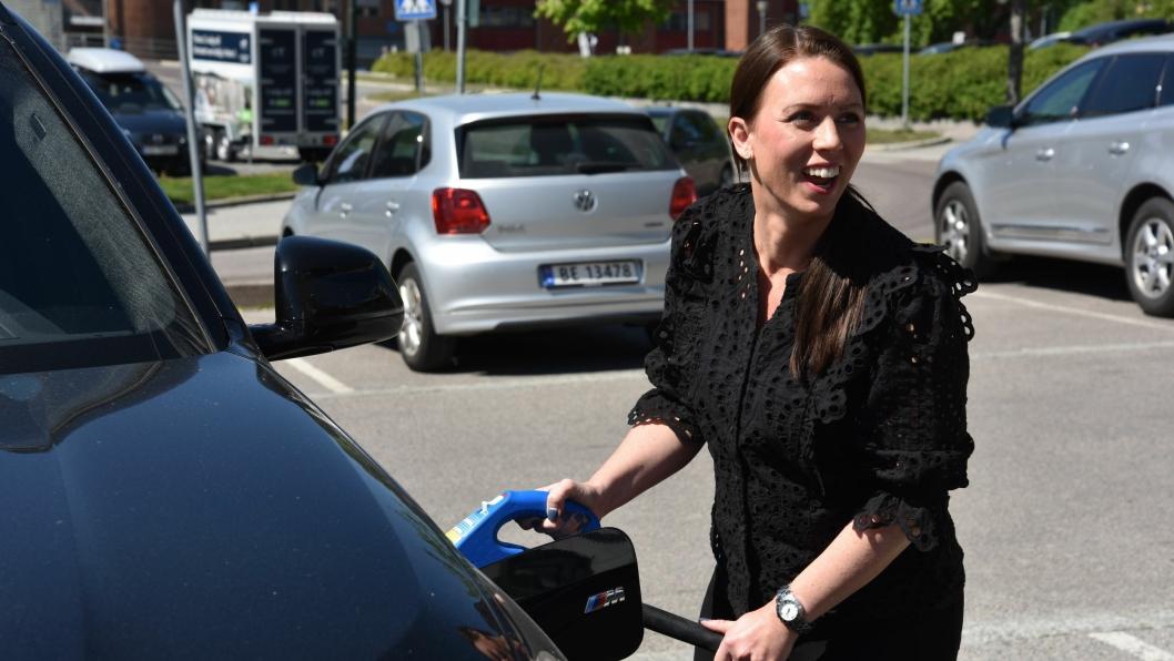 BLE DETTE KORREKT?Senterleder Marianne Thoresen-Larsen tester at ladekabelen passer familiens ladbare hybrid.
