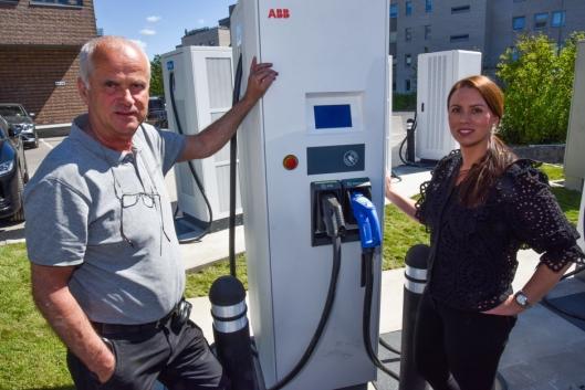 NYE LADERE: Senterleder Marianne Thoresen-Larsen og driftsleder Edvard Haugom ved Kolbotn Torg er klar til å ønske kundene velkomne til nye el-bil-ladere både på utendørs- og innendørsparkeringen.