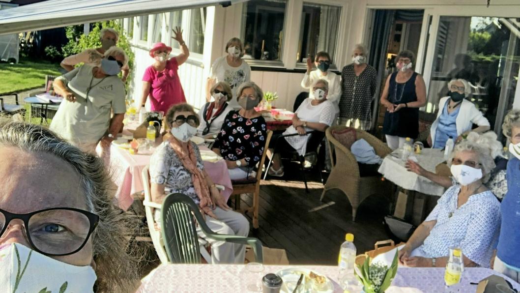 """NYE MASKER: Sanitetskvinnene hadde fått nye masker fra """"Moving Mamas"""", noe som passet perfekt til årets sommerfest."""