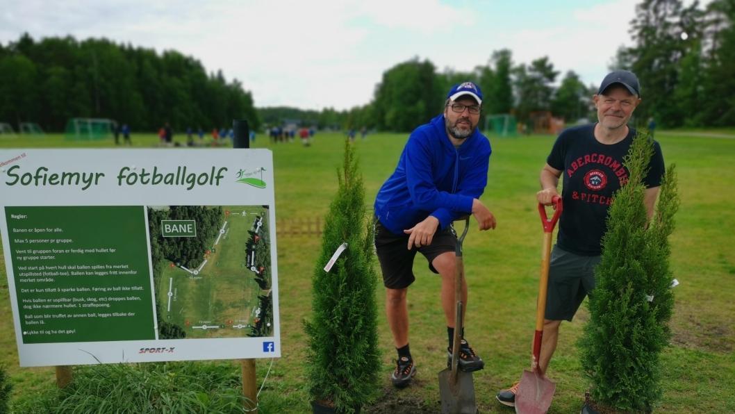 KLART FOR TURNERING: Knut Erik Sturm og Pål Wirak brukte tirsdagskvelden på å plante tujaer ved første utspark. Søndag er sommerturnering.