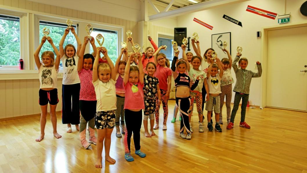 HØYT HEVET: Etter sesongens siste trening for JuniorDans 6-8 år ble pokalene hevet for å vise at de alle er vinnere.