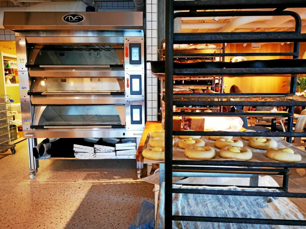 I SENTRUM: Etter inspirasjon fra en studietur til USA har Birgitta Nordby plassert ovnen midt i lokalet på Myrvoll. Dermed kan kundene følger bakeprosessen på nært hold.