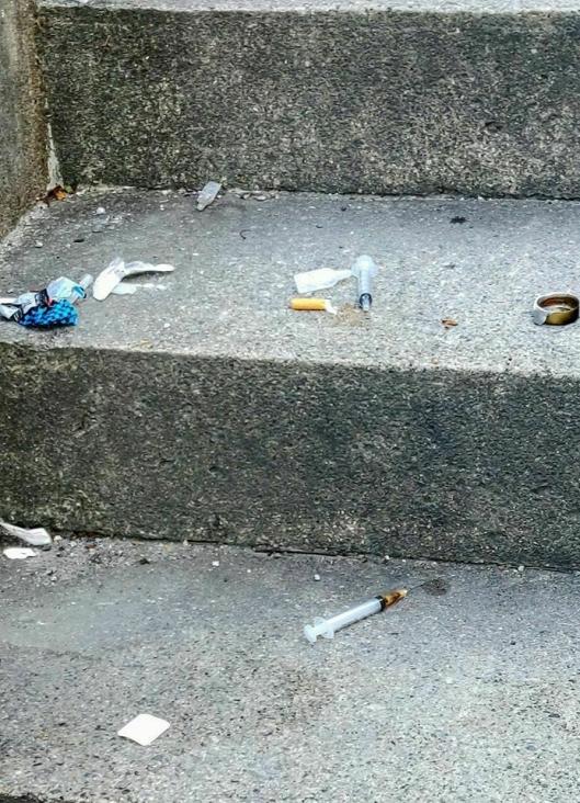 FUNN AV SPØYTER: Det var blant annet flere sprøytespisser uten hette som lå i trappen.