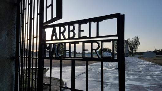 """STERKT INNTRYKK: """"Arbeit macht frei"""" er velkjente ord fra Holocaust. Det å faktisk besøke stedene fra historiebøkene, gjør sterkt inntrykk på elevene, ifølge elevrådet."""