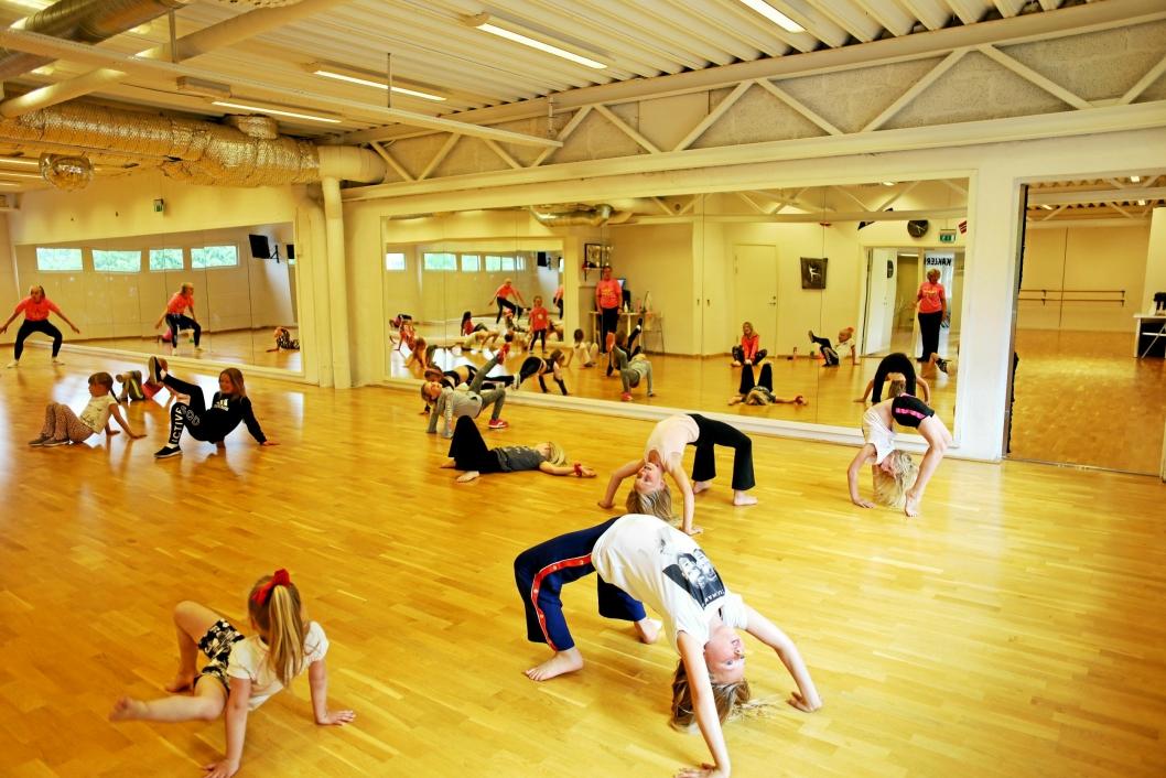 TØY OG BØY: Dansere må være myke, smidige og sterke. Derfor inneholder de fleste treningstimer også øvelser for å tøye og strekke på kroppen i form av lek og moro.
