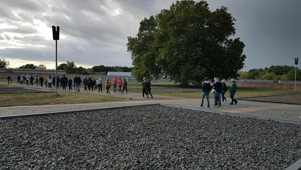 BESØKTE KONSENTRASJONSLEIREN: Bildet viser Ingieråsen-elever preget av stundens alvor på omvisning i Sachsenhausen, en tysk og sovjetisk konsentrasjonsleir som var i drift fra 1936 til 1950.