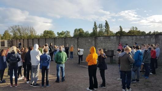 TORTURMETODER: Elever fra Ingieråsen skole fikk beskrevet torturmetoder i Sachsenhausen. Beretningene gjorde stort inntrykk.