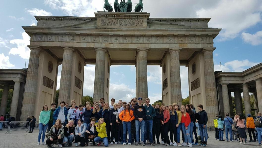 SPENNENDE MED SEVERDIGHETER: Elevene besøker flere sentrale monumenter på den tradisjonelle Berlinturen. Her er halve trinnet foran Brandenburger Tor.