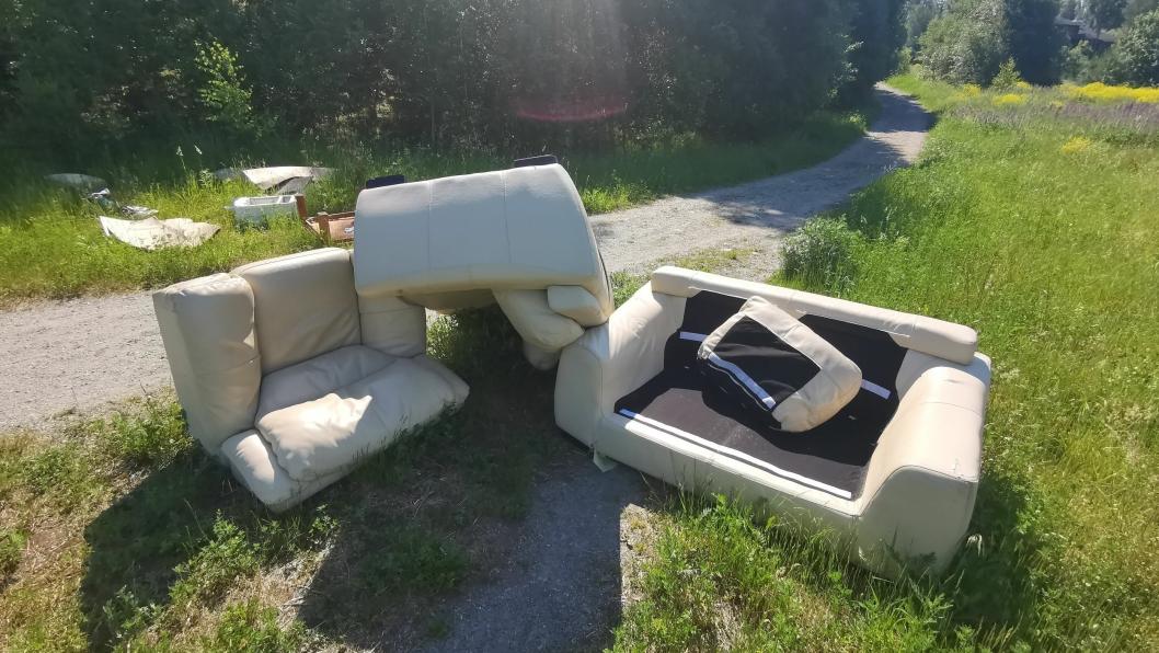 DUMPET PÅ TURSTIEN: En hvit skinnsofa med puter og mye annet avfall ligger dumpet på turstien på Ekornrud.