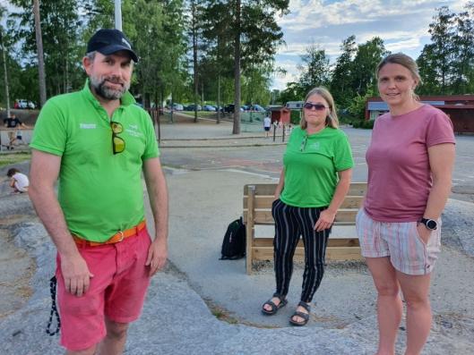 "HOLDT TALE FOR FORESATTE: Lokalpolitikerne Paal Sjøvall (Sp), Hilde Widerberg (Sp), Camilla Hille (V) og Ola Øygard (Pp), møtte opp på arrangementet ""Siste opprop for ny Sofiemyr skole"" tirsdag 16. juni."