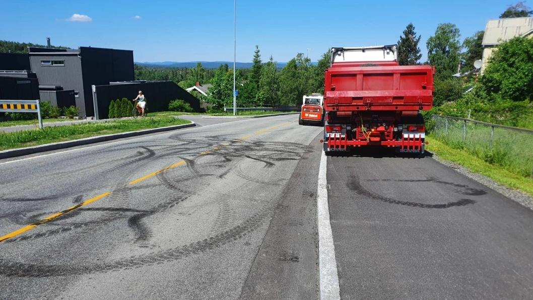 REKLAMASJONSARBEID: Denne uken kunne du se anleggsarbeiderne som jobbet med å rette opp setningsskadene etter tidligere asfalteringsarbeid i Sønsterudveien.