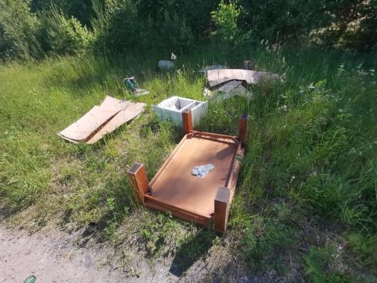 BORD PÅ HODET: Noen har tydeligvis byttet ut møblene. På andre siden av turstien lå blant mye annet dette sofabordet på hodet.
