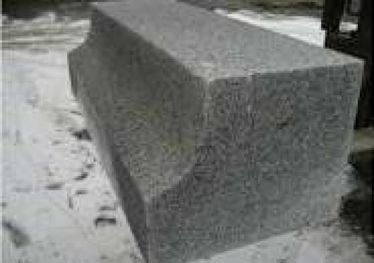 KASSELKANTSTEIN: Denne kantsteinen, som er avrundet mot kjørebanen, gjør at det er lettere å komme nær plattformen, den hindrer skader på bussene og sikrer liten avstand mellom buss og plattform.