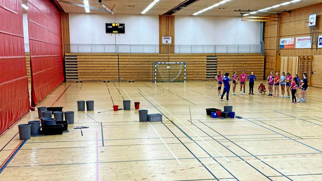 TØRKEVAKTER: Foreldre Oppegård Avis har snakket med forteller at det må være tørkevakter til stede i Sofiemyrhallen når det regner ute. Mandag var dette situasjonen for Jenter05-laget.