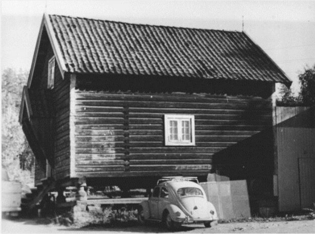 TIDLIGERE BUTIKK OG VERKSTED: På bildet fra 1960-tallet ser du bilen til glassmester Kalleberg som brukte stabburet til verksted før Sentrumsbygget sto ferdig i 1968. Her fikk Kalleberg butikk og verksted på baksiden mot jernbanen. Tilbygget bak stabburet ble også brukt av Arne Martinsen som midlertidig matvarebutikk før han flyttet inn i lokalene til Oppegård Sparebank i 1963 (senere DNB NOR i Kolbotnveien).
