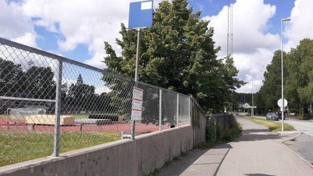 BLOTTET SEG OG ONANERTE: En eldre mann blottet seg og onanerte for en ung kvinne og en yngre jente ved klubbhuset på Sofiemyr mandag ettermiddag.