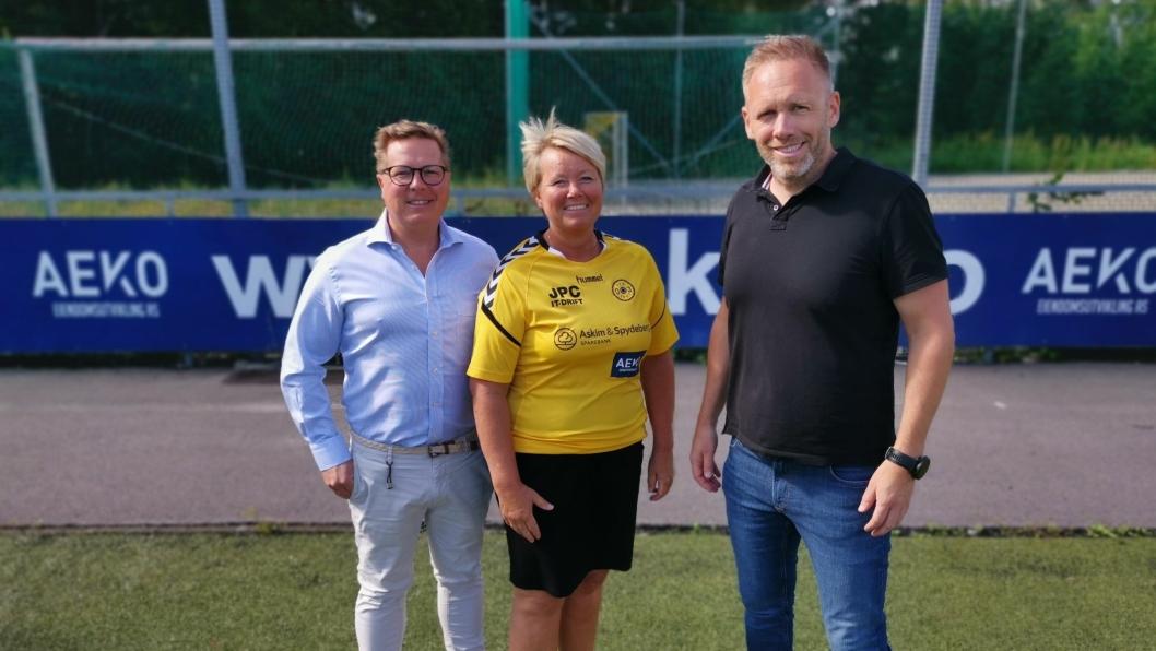 HOVEDSPONSOR: For AEKO-gruppen Andreas Wilsgård (t.v.) og Arne Erik Rønningen var det et naturlig valg å fortsette som hovedsponsor, noe som selvsagt gleder daglig leder Hege Frøyna stort.