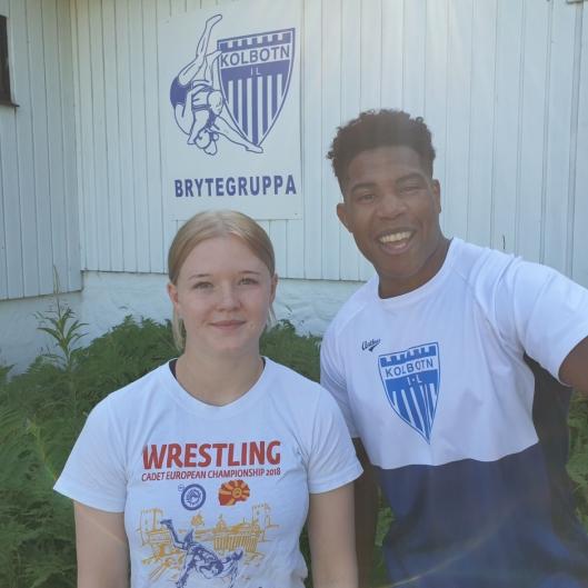 TRENERNE: Julie Dalsbotten og Sebastian Aak er instruktører på sommeraktivitetsukene, her foran brytehuset.