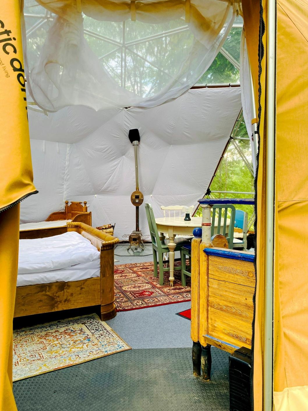 FEM SENGER: På innsiden har du fem deilige senger, alt det nødvendige og en fantastisk utsikt.