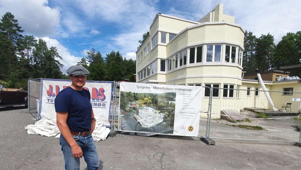 FORNØYD MED NY FASADE: – Det har blitt brukt mellom 4 og 5 millioner kroner til å restaurere fasaden, hvorav 1 million kroner ble gitt av Kulturminnefondet, sier Thomas Falkenberg, fungerende formann i Norsk Veteranvogn Klubb (NVK).