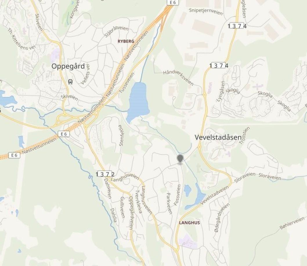 VEVELSTAD HOLDEPLASS: Bussholdeplassen ligger sentralt på Langhus.