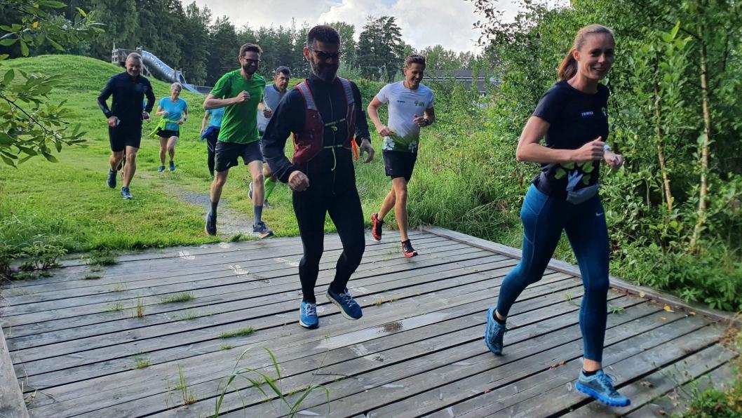 TREDJE LØP: – Bli med på vårt terrengløp på flotte, historiske stier lokalt på Grønliåsen, sier arrangementansvarlig Kristin Granum Rosebø (foran på bildet).