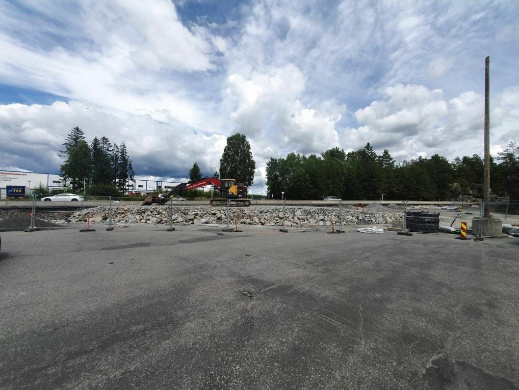 BYGGER NY RUNDKJØRING PÅ STEDET: Den nye rundkjøringen med innkjøring fra Taraldrudveien til Sofiemyrveien skal være i drift i første kvartal av 2021.